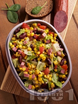Мексиканска салата с царевица, боб, зелена салата, домати и колбас - снимка на рецептата
